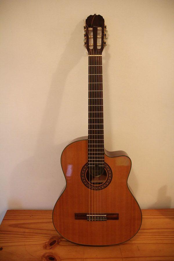 Guitarra Electroacústica Marca Santana, Modelo CG-66 ceq con estuche semirígido