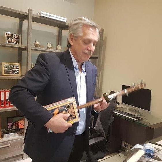 La Cigar Box Guitar de Alberto Frnandez hecha por Gustavo Étimos de INBINDI BLUES.