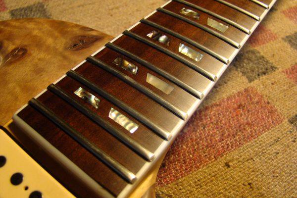 "Guitarra eléctrica tipo Les Paul de construcción ""Neck trough body"" - de Luthier"